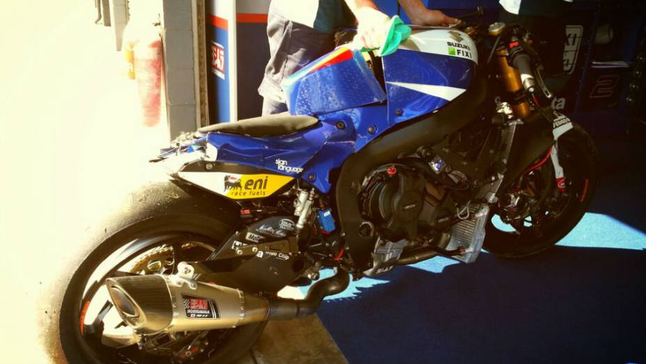 """Suzuki GSX-R1000 de Leon Camier após o acidente. <a href=""""http://quatrorodas.abril.com.br/moto/noticias/superbike-camier-lidera-2o-dia-phillip-island-733687.shtml"""" rel=""""migration"""">Leia mais</a>"""
