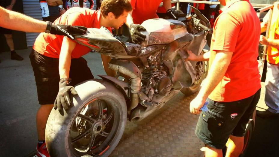 """Ayrton Badovini sofreu um acidente e sua Ducati (foto) pegou fogo. <a href=""""http://quatrorodas.abril.com.br/moto/noticias/superbike-camier-lidera-2o-dia-phillip-island-733687.shtml"""" rel=""""migration"""">Leia mais</a>"""