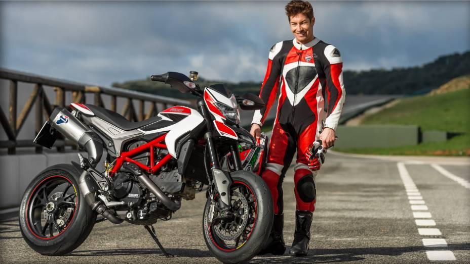 """Nicky Hayden, piloto da equipe oficial da Ducati no MotoGP, acelera a Hypermotard. <a href=""""http://quatrorodas.abril.com.br/moto/noticias/nicky-hayden-acelera-nova-ducati-hypermotard-veja-734029.shtml"""" rel=""""migration"""">Leia mais</a>"""