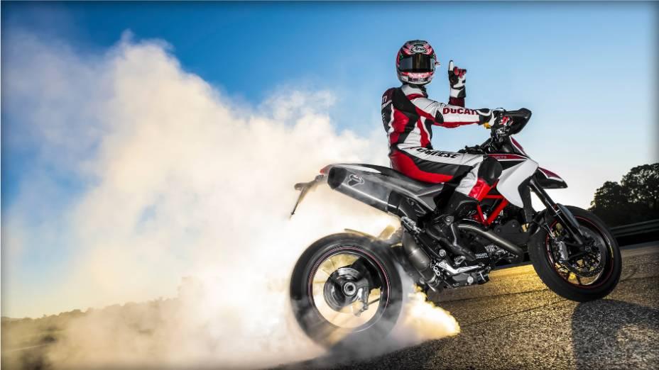 """No vídeo de divulgação, Nicky Hayden está entediado durante um almoço com uma mulher e começa a flertar com a Ducati Hypermotard. <a href=""""%20http://quatrorodas.abril.com.br/moto/noticias/nicky-hayden-acelera-nova-ducati-hypermotard-veja-734029.shtml"""" rel=""""migration"""">Leia</a>"""