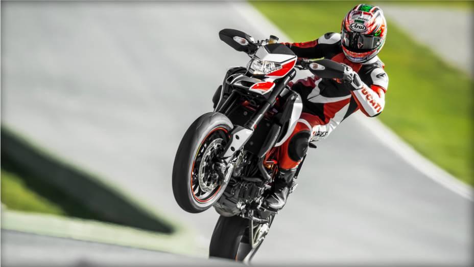 """Quando tem a oportunidade, Nicky Hayden escapa do restaurante para dar uma acelerada na motocicleta. <a href=""""http://quatrorodas.abril.com.br/moto/noticias/nicky-hayden-acelera-nova-ducati-hypermotard-veja-734029.shtml"""" rel=""""migration"""">Leia mais</a>"""