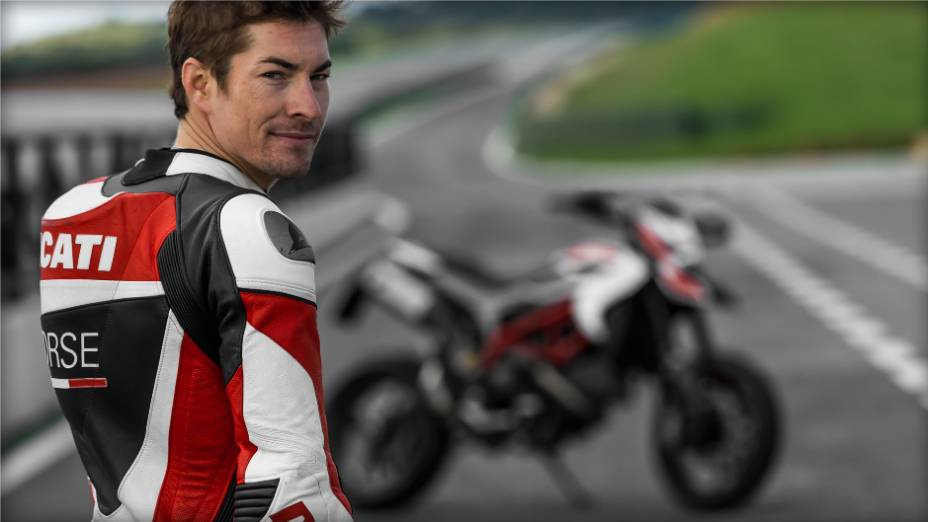 """Nicky Hayden acelera a nova Ducati Hypermotard. <a href=""""http://quatrorodas.abril.com.br/moto/noticias/nicky-hayden-acelera-nova-ducati-hypermotard-veja-734029.shtml"""" rel=""""migration"""">Leia mais</a>"""