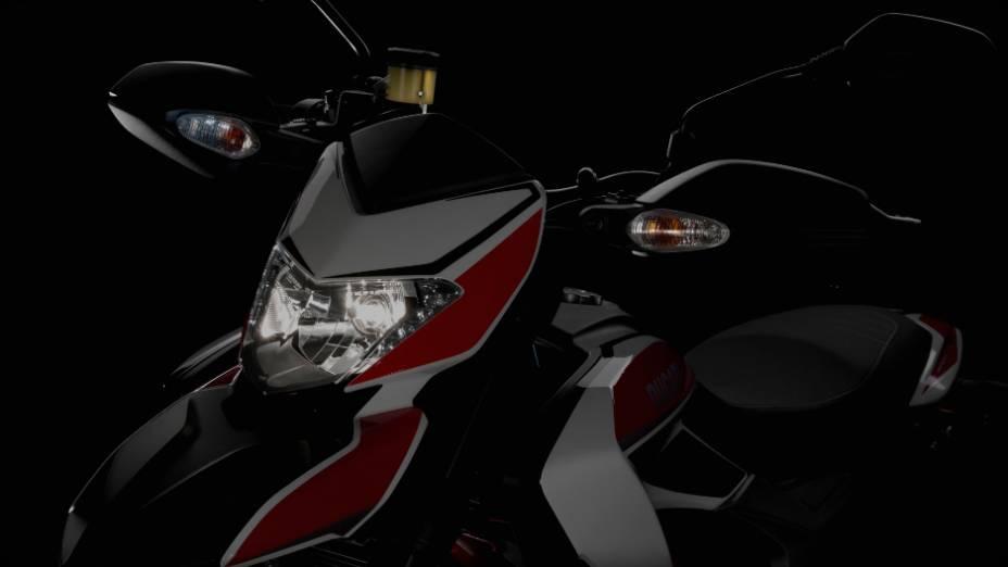 """Nova Ducati Hypermotard tem um motor de 821 cc. <a href=""""http://quatrorodas.abril.com.br/moto/noticias/nicky-hayden-acelera-nova-ducati-hypermotard-veja-734029.shtml"""" rel=""""migration"""">Leia mais</a>"""