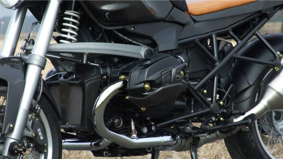 """O objetivo era combinar a modernidade do motor boxer BMW e toda a tecnologia da fabricante bávara com um olhar típico dos anos 70. <a href=""""%20http://quatrorodas.abril.com.br/moto/noticias/bmw-r1200-cr-t-customizada-metisse-734221.shtml"""" rel=""""migration"""">Leia mais</a>"""