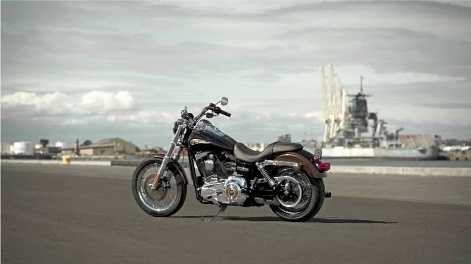"""Harley-Davidson Dyna Super Glide Custom 110th Anniversary Edition é a versão especial do modelo que representa o autêntico estilo custom da Harley-Davidson. <a href=""""%20http://quatrorodas.abril.com.br/moto/noticias/harley-davidson-faz-110-anos-prepara-festa"""" rel=""""migration""""></a>"""