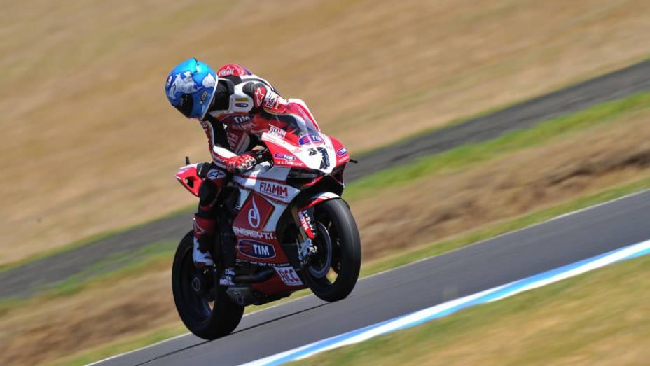 """Carlos Checa (Ducati) participou somente da primeira corrida, após se envolver em acidente com Melandri. <a href=""""%20http://quatrorodas.abril.com.br/moto/noticias/sbk-aprilia-domina-corridas-phillip-island-734484.shtml"""" rel=""""migration"""">Leia mais</a>"""