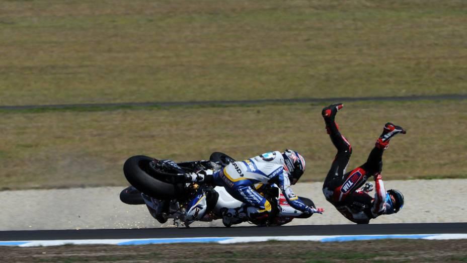 """Marco Melandri (BMW) e Carlos Checa se envolveram em acidente durante a primeira corrida. <a href=""""http://quatrorodas.abril.com.br/moto/noticias/sbk-aprilia-domina-corridas-phillip-island-734484.shtml"""" rel=""""migration"""">Leia mais</a>"""
