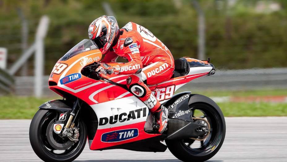 """Nicky Hayden levou sua Ducati ao nono lugar em Sepang. <a href=""""http://quatrorodas.abril.com.br/moto/noticias/motogp-pedrosa-mais-rapido-sepang-734603.shtml"""" rel=""""migration"""">Leia mais</a>"""