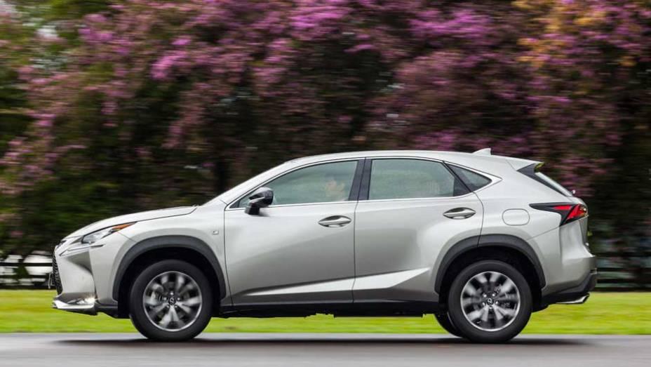"""Arrojado como todo Lexus, o SUV traz a nova identidade visual da marca   <a href=""""http://quatrorodas.abril.com.br/noticias/fabricantes/lexus-lanca-nx-200t-brasil-846698.shtml"""" rel=""""migration"""">Leia mais</a>"""