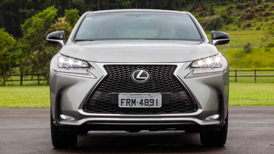 """A grade cromada é um dos elementos mais marcantes dos modelos Lexus   <a href=""""http://quatrorodas.abril.com.br/noticias/fabricantes/lexus-lanca-nx-200t-brasil-846698.shtml"""" rel=""""migration"""">Leia mais</a>"""