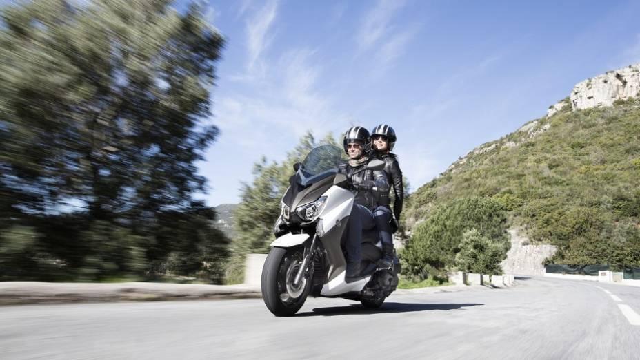 """Maxi-scooter chega ao mercado europeu no mês de maio   <a href=""""http://quatrorodas.abril.com.br/moto/noticias/yamaha-lanca-x-max-400-europa-738761.shtml"""" rel=""""migration"""">Leia mais</a>"""