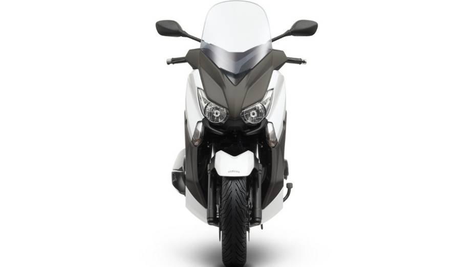 """Equipado com faróis e lanternas de LED e ponteira de escapamento Akrapovic, este maxi-scooter da Yamaha possui um tanque de combustível com capacidade para 14 litros   <a href=""""%20http://quatrorodas.abril.com.br/moto/noticias/yamaha-lanca-x-max-400-europa-7"""" rel=""""migration""""></a>"""
