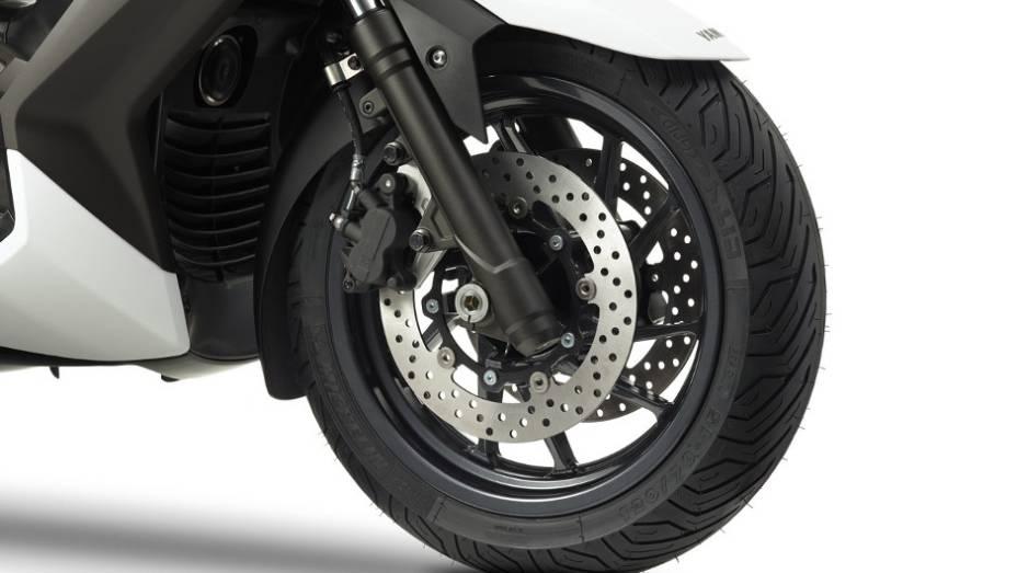 """O X-Max 400 conta também com disco duplo de freio na roda dianteira, enquanto que a roda traseira apresenta disco simples   <a href=""""%20http://quatrorodas.abril.com.br/moto/noticias/yamaha-lanca-x-max-400-europa-738761.shtml"""" rel=""""migration"""">Leia mais</a>"""