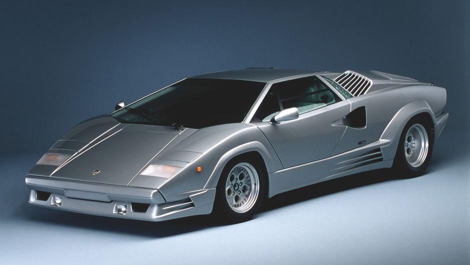 Lamborghini Countach 25 prateado visto 3/4 de frente