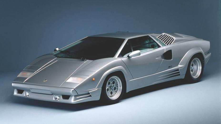 """Countach 25º - Em 1988, um edição comemorativa do Countach marcou os primeiros 25 anos de atividade da Lamborghini, o Countach 25th Anniversary   <a href=""""%20http://quatrorodas.abril.com.br/reportagens/classicos/festa-bolonhesa-741081.shtml"""" rel=""""migration"""">Leia mais</a>"""