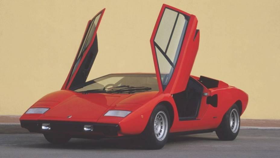 """Countach LP 400 (1973-81) - Portas com abertura estilo tesoura eram novidade em 1973, solução que se mantém até hoje nos modelos da Lamborghini   <a href=""""%20http://quatrorodas.abril.com.br/reportagens/classicos/festa-bolonhesa-741081.shtml"""" rel=""""migration"""">Leia mais</a>"""