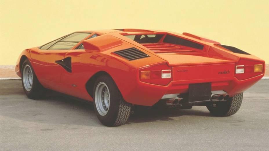 """Countach LP 400 (1973-81) - O motor instalado em posição central traseira explica o grande entre-eixos do esportivo e suas largas colunas traseiras. Diferente do Miura, era longitudinal   <a href=""""%20http://quatrorodas.abril.com.br/reportagens/classicos/fes"""" rel=""""migration""""></a>"""