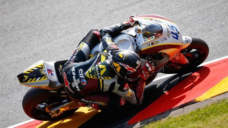 """Na Moto2, Scott Redding foi o mais rápido do dia   <a href=""""http://quatrorodas.abril.com.br/moto/noticias/motogp-bradl-lidera-lorenzo-ficara-fora-746684.shtml"""" rel=""""migration"""">Leia mais</a>"""