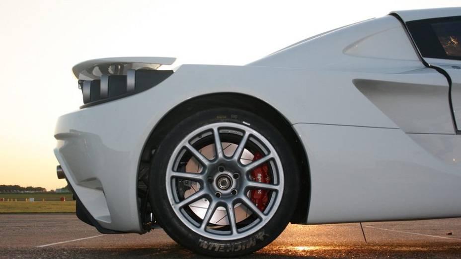 """As rodas de liga-leve são de 19 polegadas, com pneus nos tamanhos 265/35 (dianteiros) e 325/30 (traseiro)   <a href=""""%20http://quatrorodas.abril.com.br/noticias/fabricantes/sin-r1-circula-goodwood-747110.shtml"""" rel=""""migration"""">Leia mais</a>"""
