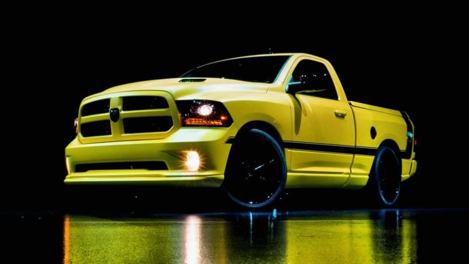 """Por fora, a Rumble Bee Concept tem cor de carroceria amarela com faixas pretas e rodas de liga-leve de 24 polegadas Vellano VRH   <a href=""""http://quatrorodas.abril.com.br/noticias/fabricantes/ram-apresenta-1500-rumble-bee-concept-750405.shtml"""" rel=""""migration""""></a>"""
