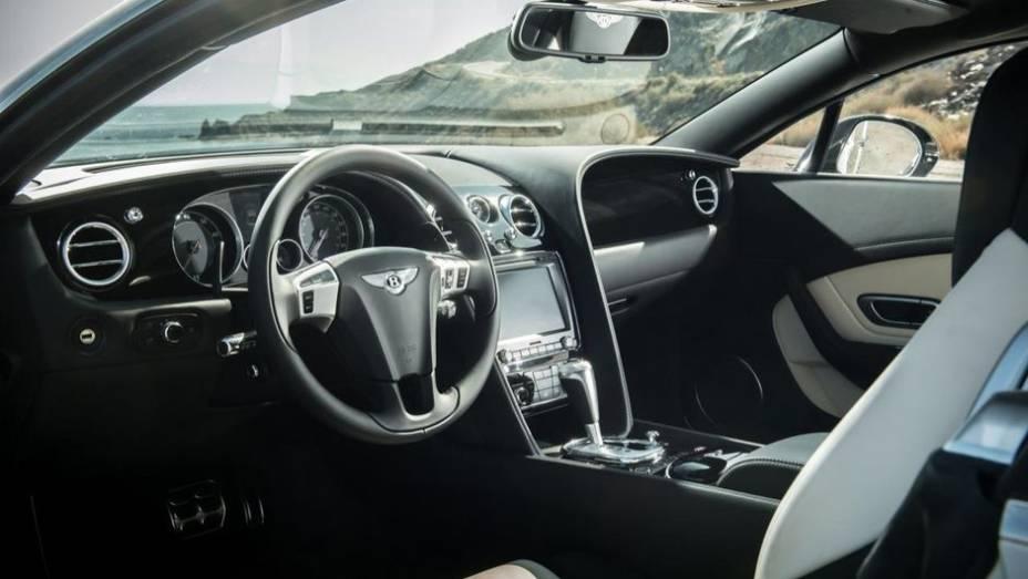 """Vale lembrar que o GT V8 convencional tem marcas um pouco piores: 4,8s e 303 km/h, respectivamente. Já o GT V8 S conversível obteve 4,7s e 308 km/h nos mesmos testes   <a href=""""http://quatrorodas.abril.com.br/saloes/frankfurt/2013/bentley-continental-gt-v"""" rel=""""migration""""></a>"""