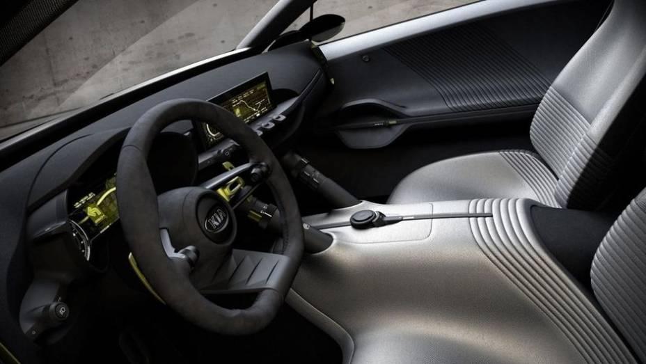 """O volante é revestido em couro, com inserções em alumínio, e tem base achatada. Já a pedaleira do Niro concept é ajustável   <a href=""""http://quatrorodas.abril.com.br/saloes/frankfurt/2013/kia-niro-concept-753436.shtml"""" rel=""""migration"""">Leia mais</a>"""