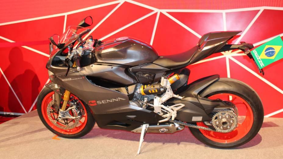 """Tendo como base a esportiva Panigale, a moto conta com a cor especial """"Cinza Senna"""" e diferentes grafismos   <a href=""""http://quatrorodas.abril.com.br/moto/noticias/ducati-revela-1199-panigale-s-senna-salao-duas-rodas-756467.shtml"""" rel=""""migration"""">Leia mais</a>"""