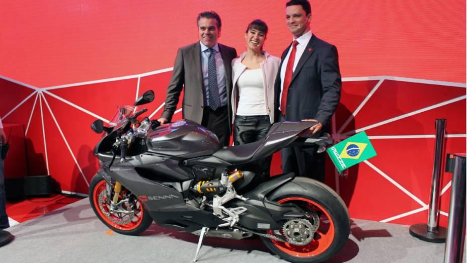 """Roberto Righi, Paula Senna e Ricardo Susini apresentam a Ducati 1199 Panigale S Senna   <a href=""""http://quatrorodas.abril.com.br/moto/noticias/ducati-revela-1199-panigale-s-senna-salao-duas-rodas-756467.shtml"""" rel=""""migration"""">Leia mais</a>"""