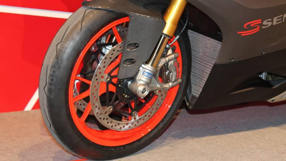 """Detalhe da roda dianteira   <a href=""""http://quatrorodas.abril.com.br/moto/noticias/ducati-revela-1199-panigale-s-senna-salao-duas-rodas-756467.shtml"""" rel=""""migration"""">Leia mais</a>"""