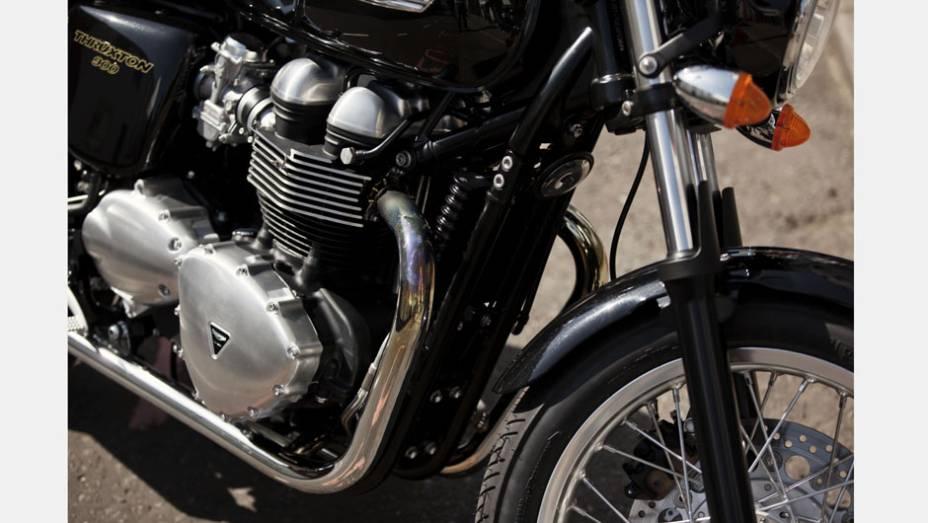 """Motor de 865 cc, mesmo que equipa a Boneville T100, entrega 69 cavalos de potência a 7400 rpm   <a href=""""http://quatrorodas.abril.com.br/moto/noticias/triumph-revela-lancamentos-salao-duas-rodas-756393.shtml"""" rel=""""migration"""">Leia mais</a>"""