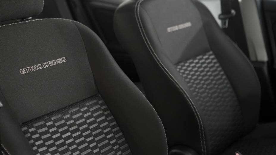 """O revestimento Sport Comfort nos bancos ganhou costura branca e apresenta o nome do veículo gravado em alto relevo no encosto dos assentos dianteiros   <a href=""""http://quatrorodas.abril.com.br/carros/lancamentos/toyota-etios-cross-759424.shtml"""" rel=""""migration""""></a>"""