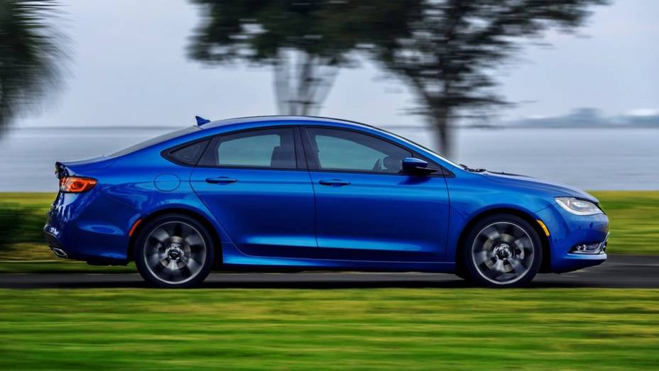 """Novo Chrysler conta com tração dianteira ou integral   <a href=""""http://quatrorodas.abril.com.br/noticias/saloes/detroit-2014/novo-chrysler-200-faz-sua-estreia-detroit-768496.shtml"""" rel=""""migration"""">Leia mais</a>"""