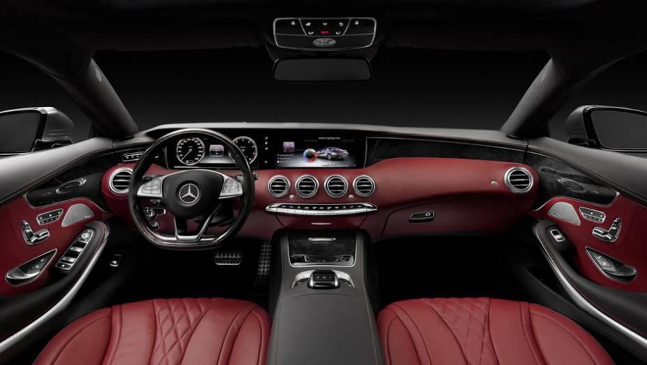 """O interior do coupé deriva do Classe S Sedan, mas há alterações, como as saídas do volante """"Super Sport"""" e do relógio analógico   <a href=""""http://quatrorodas.abril.com.br/noticias/saloes/genebra-2014/mercedes-benz-apresenta-classe-s-coupe-772971.shtml"""" rel=""""migration"""">Le</a>"""
