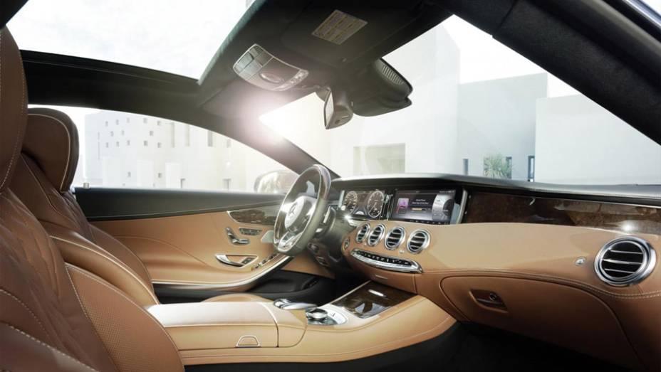 """Por fim, por ocasião de seu lançamento, o coupé será equipado com motor 4.7 V8, oferecendo 455 cavalos de potência e 71,4 kgfm de torque   <a href=""""http://quatrorodas.abril.com.br/noticias/saloes/genebra-2014/mercedes-benz-apresenta-classe-s-coupe-772971."""" rel=""""migration""""></a>"""