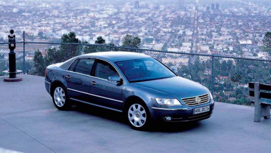 """Phaeton: Lançado em 2002, quando o Volkswagen Group já tinha Audi A8 e Bentley Arnage sob seu jugo, não parecia haver sentido num sedã de alto luxo de uma marca chamada """"carro do povo"""""""
