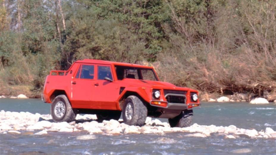 Lamborghini LM002: Com tantos superesportivos ousados e ariscos no showroom, o que aquele jipe esquisito de três volumes fazia ali de 1986 a 1993? O V12 sob o capô era uma pista
