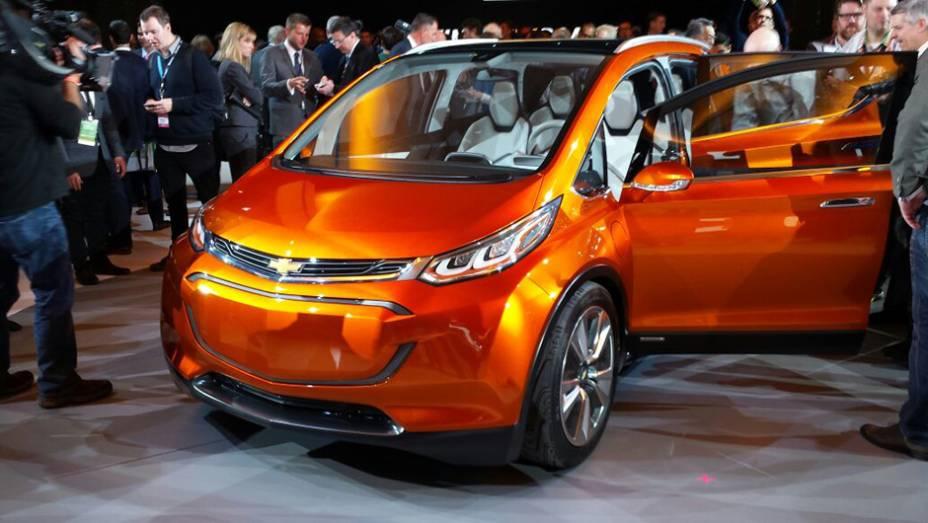 """Nesta segunda-feira, a Chevrolet apresentou à imprensa presente no Salão de Detroit o Bolt EV concept, hatch elétrico que imediatamente nos faz lembrar do já lançado BMW i3   <a href=""""http://quatrorodas.abril.com.br/noticias/saloes/detroit-2015/chevrolet-s"""" rel=""""migration""""></a>"""