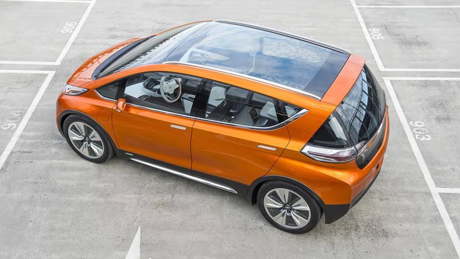 """Não há detalhes sobre potência e torque do Bolt EV concept, mas a Chevrolet estima a autonomia do elétrico em 200 milhas (322 quilômetros)   <a href=""""http://quatrorodas.abril.com.br/noticias/saloes/detroit-2015/chevrolet-surpreende-bolt-ev-concept-824540.s"""" rel=""""migration""""></a>"""