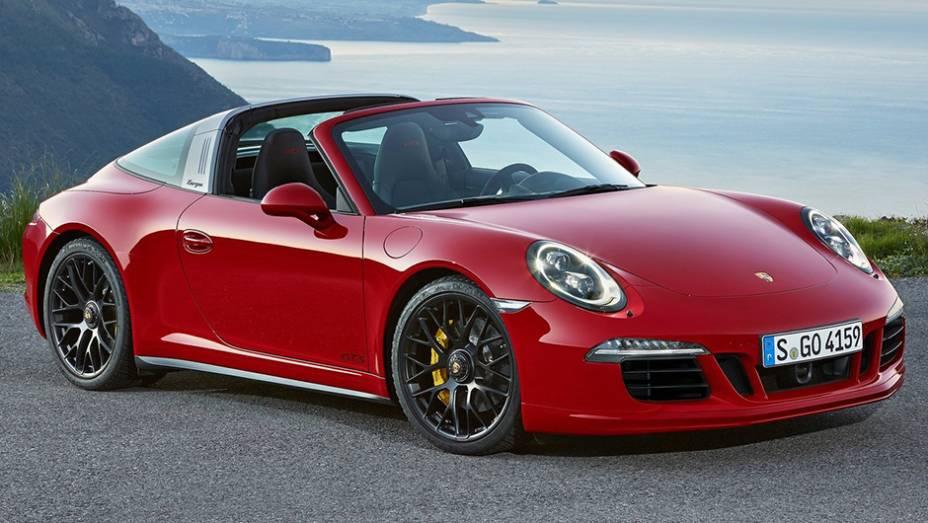 """A Porsche exibiu nesta segunda-feira (12), no Salão de Detroit, o 911 Targa 4 GTS   <a href=""""http://quatrorodas.abril.com.br/noticias/saloes/detroit-2015/porsche-911-targa-4-gts-revelado-824800.shtml"""" rel=""""migration"""">Leia mais</a>"""