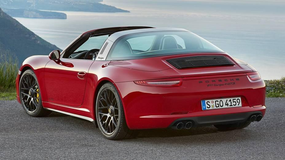 """O 911 Targa 4 GTS tem para-choque dianteiro com desenho mais esportivo, para-lamas traseiros mais robustos, faróis bi-xenônio escurecidos, espelhos retrovisores com formato aerodinâmico e sistema de exaustão esportivo   <a href=""""http://quatrorodas.abril.co"""" rel=""""migration""""></a>"""