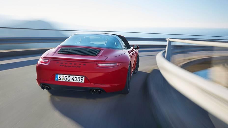 """Quanto à motorização do modelo, a Porsche o equipa com bloco 3.8 de seis cilindros, oferecendo 424 cavalos de potência e 44,87 mkgf de torque   <a href=""""http://quatrorodas.abril.com.br/noticias/saloes/detroit-2015/porsche-911-targa-4-gts-revelado-824800.sh"""" rel=""""migration""""></a>"""