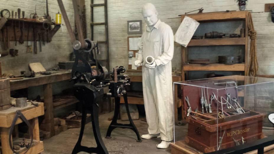 Logo na entrada, uma estátua em tamanho real reproduz o fundador da empresa trabalhando ao lado da caixa de ferramentas originalmente utilizada por Walter em sua oficina
