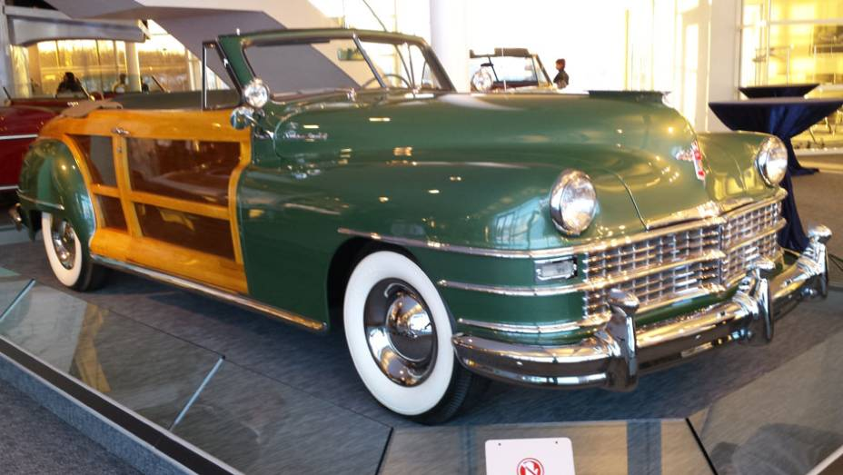 O belo conversível se chamava Town & Country, mesmo nome de batismo da atual minivan da Chrysler; acabamento em madeira dominava quase toda a carroceria