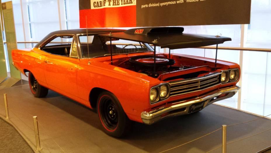 A extinta Plymouth está representada pelo belo 440...
