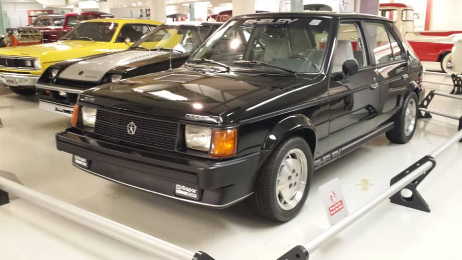 Em meio a tantos ícones está um Shelby GLHS, versão do Dodge Omni GLH modificada pela equipe de Carroll Shelby, famoso preparador de Mustangs