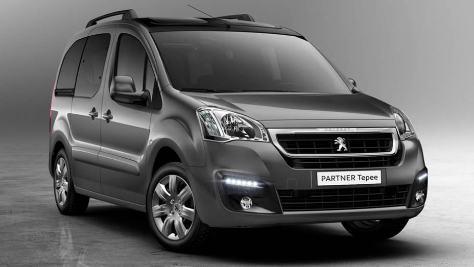 """O facelift do Peugeot Partner traz modificações na dianteira (grade, para-choque, faróis...)   <a href=""""http://quatrorodas.abril.com.br/noticias/saloes/genebra-2015/peugeot-renova-partner-genebra-841623.shtml"""" rel=""""migration"""">Leia mais</a>"""