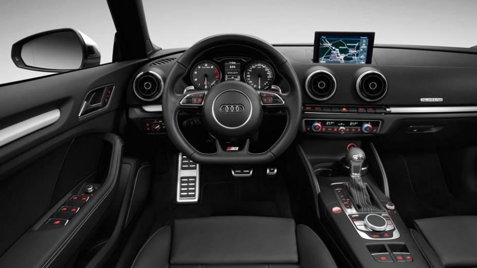 """Com volante achatado e acabamento com apliques de alumínio, o interior do S3 Cabrio é mais esportivo que o da linha A3   <a href=""""http://quatrorodas.abril.com.br/noticias/saloes/genebra-2014/audi-revela-novo-s3-cabriolet-773912.shtml"""" rel=""""migration"""">Leia mais</a>"""