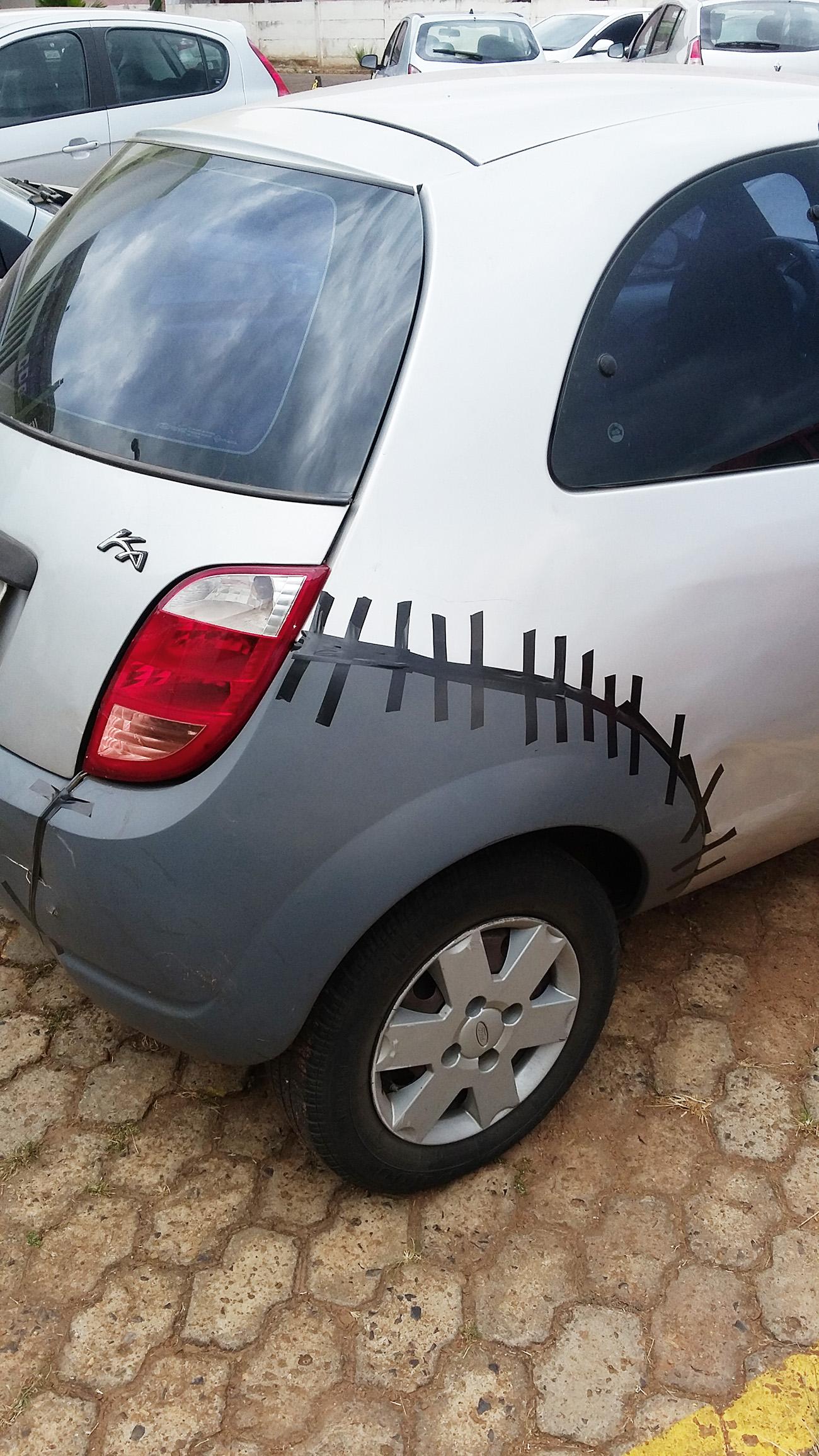 Para impressionar as garotas do bairro, o Ford Ka gosta de exibir por aí a cicatriz que acabou de ganhar