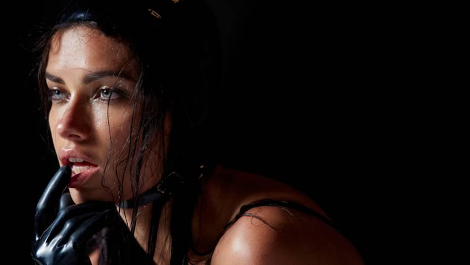 Fábrica de pneus italiana divulgou, nesta semana, imagens do seu tradicional calendário na edição 2015. Modelo: Adriana Lima