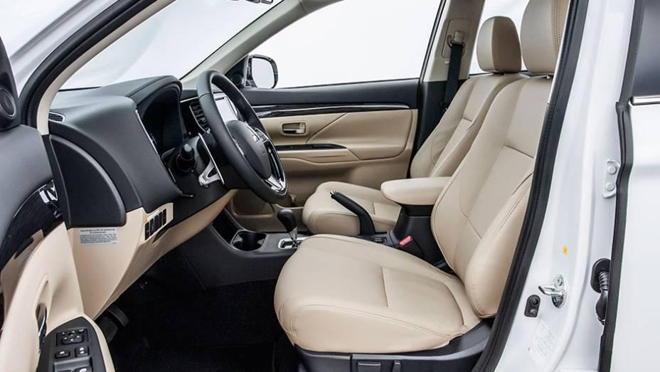 """Espaço de sobra para o motorista, posição ideal de dirigir é encontrada facilmente com regulagem dos bancos e do volante - <a href=""""http://quatrorodas.abril.com.br/carros/testes/mitsubishi-new-outlander-2-2l-diesel-870160.shtml"""" rel=""""migration"""">Leia mais</a>"""